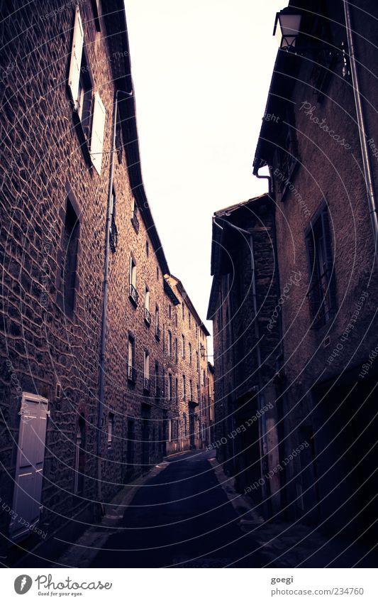 ]i.i[ Altstadt Menschenleer Haus Mauer Wand Gasse alt Fluchtpunkt Farbfoto Außenaufnahme Tag Zentralperspektive