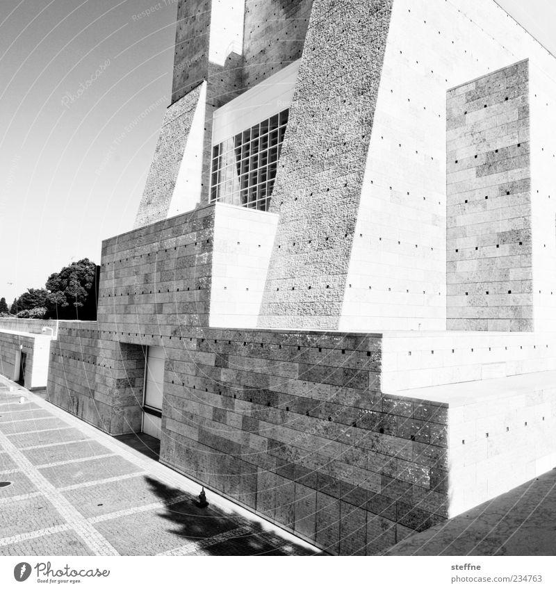 komplizierter körper Museum Lissabon Portugal Architektur Mauer Wand Fassade Stein modern Geometrie Schwarzweißfoto Außenaufnahme Menschenleer außergewöhnlich