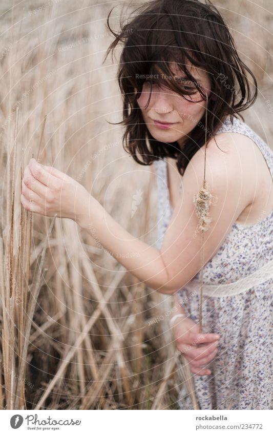 sommerwiesen. Mensch Jugendliche schön Sommer Erwachsene feminin Feld elegant ästhetisch Bekleidung 18-30 Jahre einzigartig Junge Frau Kleid dünn Stroh
