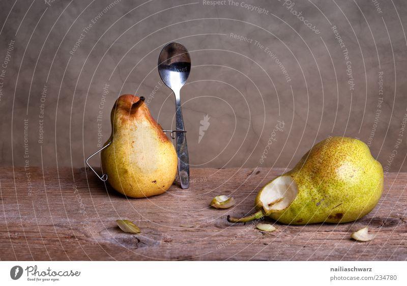 Ausgelöffelt Lebensmittel Frucht Birne knackig saftig Ernährung Löffel Holz Metall liegen ästhetisch außergewöhnlich frisch süß braun gelb grün Ende skurril