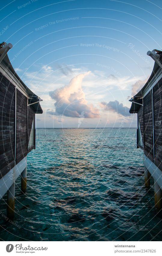 Zwischen zwei Häusern Freude Liebe Freiheit rein Wasser übersichtlich Kristalle türkis Aquamarin huse Malediven Leben genießen Fröhlichkeit Ewigkeit Himmel