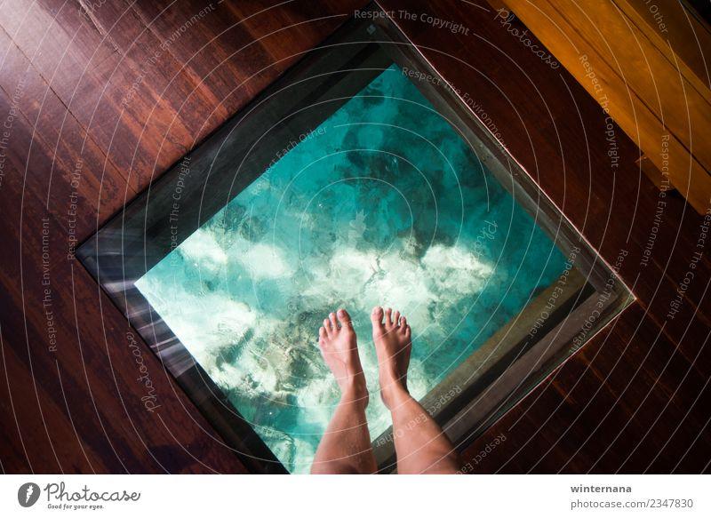 Meine Füße Fenster Fuß Wasser Kristalle übersichtlich blau grün Holz dunkel Sonnenschein Sonnenlicht Freude