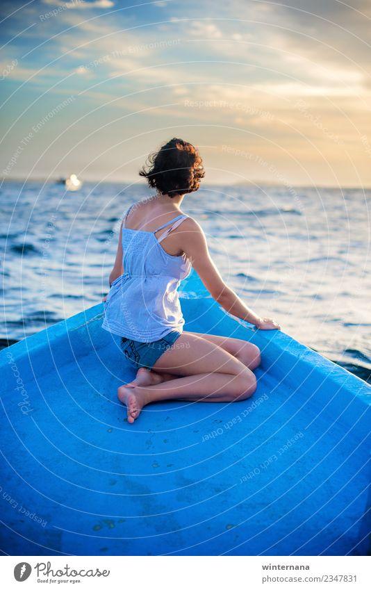 Segeln auf einem Boot Meer Malediven Sonne Sommer Wellen blau Himmel sonnenwarm Wetter gelb Bräune Kurzhaarschnitt