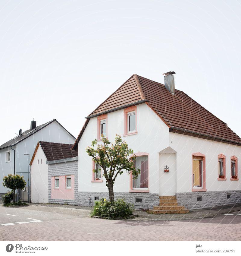 gegenüber Himmel Baum Kleinstadt Haus Einfamilienhaus Bauwerk Gebäude Architektur Mauer Wand Fassade Tür Dach Straße Bürgersteig trist Stadt Farbfoto