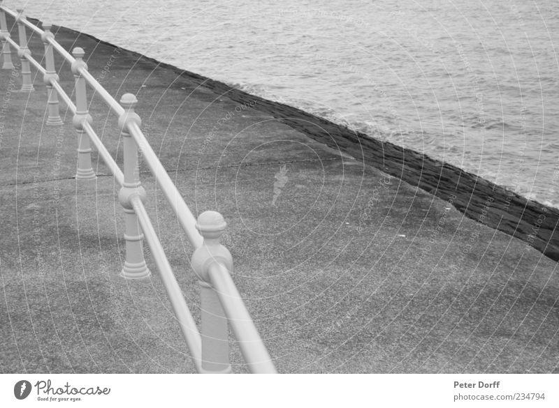 Promenade Geländer Wasser weiß Meer schwarz ruhig kalt grau Küste Stein Stimmung Linie Wellen Ordnung Platz rund Spitze