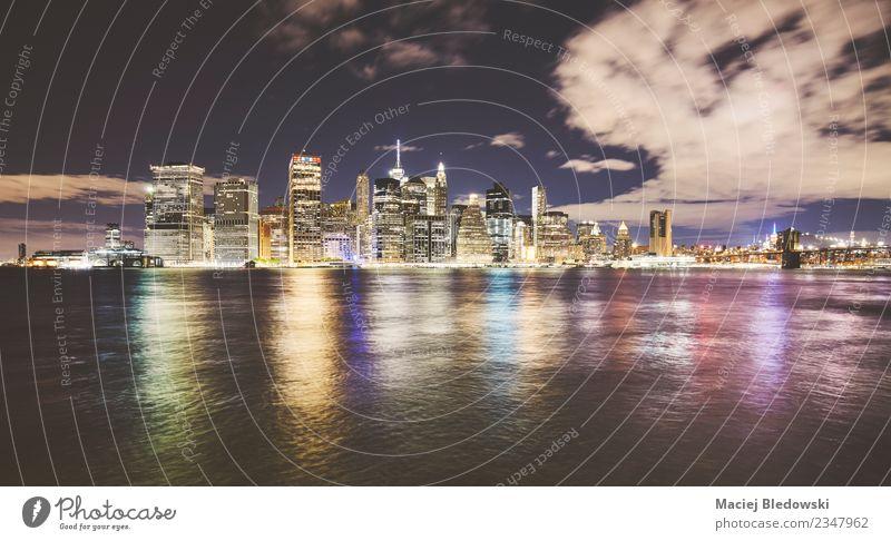 New York City Skyline bei Nacht, USA. Landschaft Himmel Fluss Stadt Stadtzentrum Hochhaus Bankgebäude Gebäude Architektur elegant Erfolg Ferne modern Business