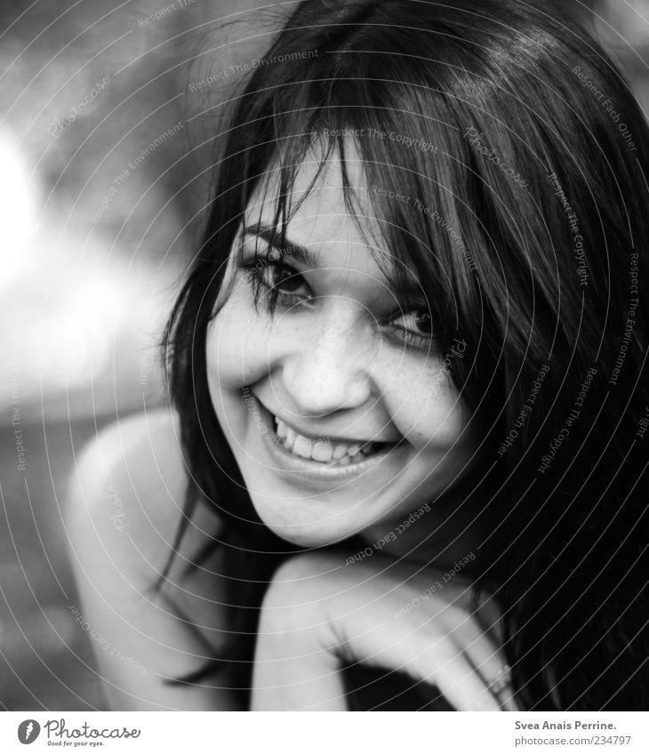 550 echte freude. Lifestyle Freude feminin Junge Frau Jugendliche Haare & Frisuren Gesicht 1 Mensch 18-30 Jahre Erwachsene Garten schwarzhaarig langhaarig