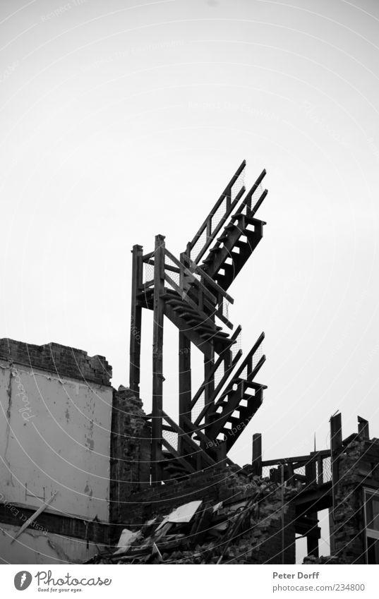 Himmelstreppe Menschenleer Haus Ruine Mauer Wand Treppe Traurigkeit Schmerz Angst Entsetzen Todesangst Ärger Frustration Verbitterung Gewalt Krieg Verzweiflung