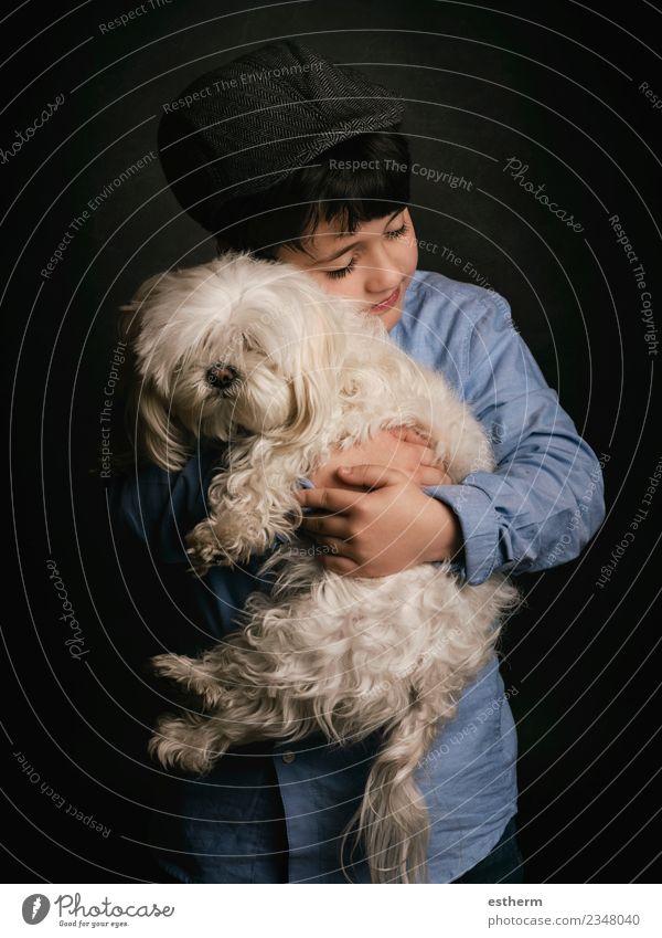 Junge umarmt seinen Hund Lifestyle Freude Mensch maskulin Kind Kindheit 1 3-8 Jahre Mütze Tier Haustier festhalten Lächeln lachen Liebe Freundlichkeit
