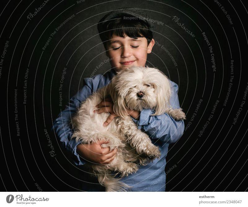 Junge umarmt seinen Hund Lifestyle Freude Mensch maskulin Kind Kindheit 1 3-8 Jahre Accessoire Mütze Tier Haustier festhalten Lächeln lachen Freundlichkeit