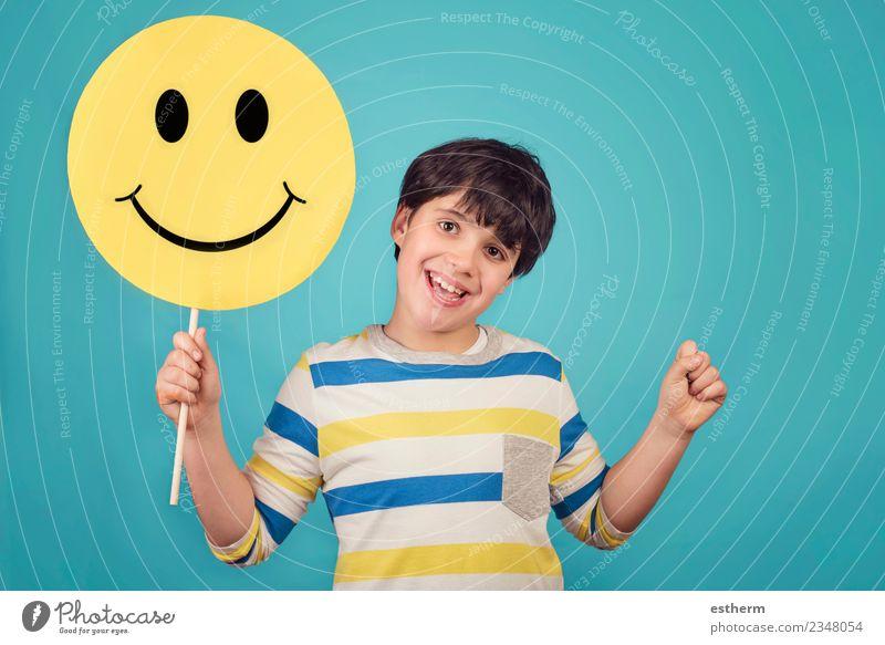 Ein Kind, das ein glückliches Emoticon-Gesicht hält. Lifestyle Freude Mensch maskulin Junge Kindheit 1 3-8 Jahre festhalten Fitness genießen Lächeln lachen