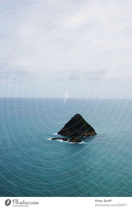 Insel im Nirgendwo Himmel Wasser Meer Wolken Einsamkeit Ferne Umwelt Küste Horizont Zufriedenheit Felsen Urelemente einzigartig Symmetrie Brandung