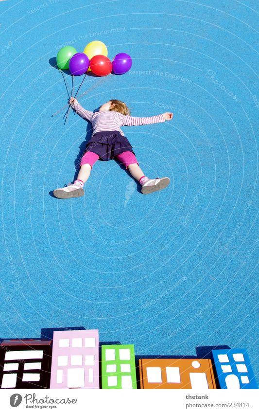 auf und davon [2] Abenteuer Ferne Mädchen Haus festhalten fliegen fantastisch hoch verrückt Freude Glück Fernweh Beginn Leichtigkeit Luftballon Schweben Himmel