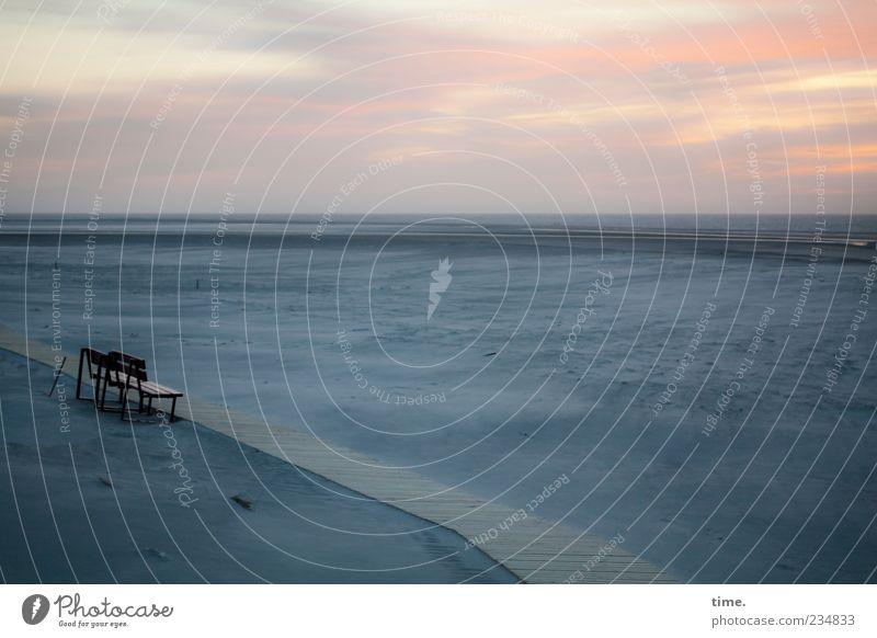 Spiekeroog   Blaue Stunde mit Sitzgelegenheit Himmel blau Strand Wolken ruhig Erholung Ferne Gefühle Sand Horizont Stimmung Zufriedenheit Hoffnung Bank Aussicht Unendlichkeit