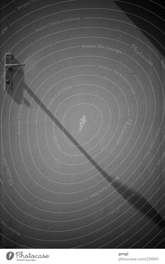 abfallend Tür Türöffner Griff lang Wandel & Veränderung Zeit Vignettierung möglich Schwarzweißfoto Außenaufnahme Menschenleer Textfreiraum oben Tag Schatten
