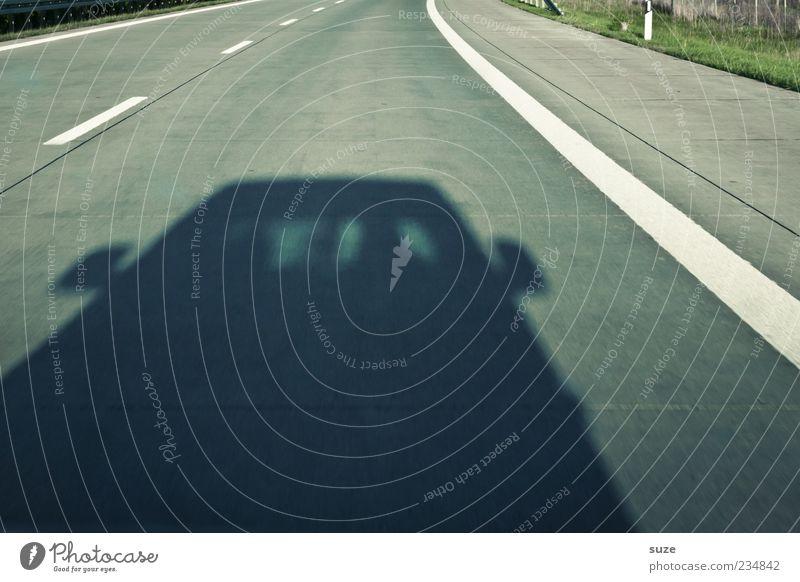 Schwarzfahrer Verkehr Verkehrsmittel Verkehrswege Autofahren Straße Autobahn Fahrzeug PKW lustig Schattenspiel Asphalt Zentralperspektive Fahrbahn