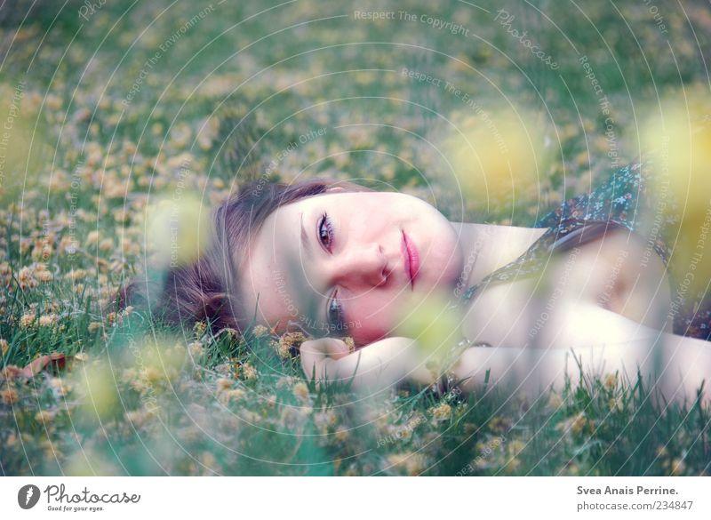 verträumt. Lifestyle elegant Stil feminin Junge Frau Jugendliche 1 Mensch 18-30 Jahre Erwachsene Gras liegen Glück nah natürlich schön weich Zufriedenheit