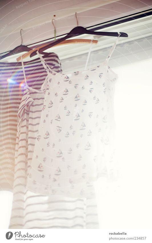laundry. Bekleidung T-Shirt Kleid ästhetisch Ordnungsliebe Reinlichkeit Sauberkeit Reinheit Leichtigkeit Kleiderhaken Fenster Fensterscheibe Blendenfleck