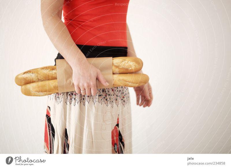 baguette Mensch Frau Hand Erwachsene Ernährung feminin Lebensmittel Arme stehen kaufen T-Shirt festhalten Rock Frühstück Brot Bioprodukte