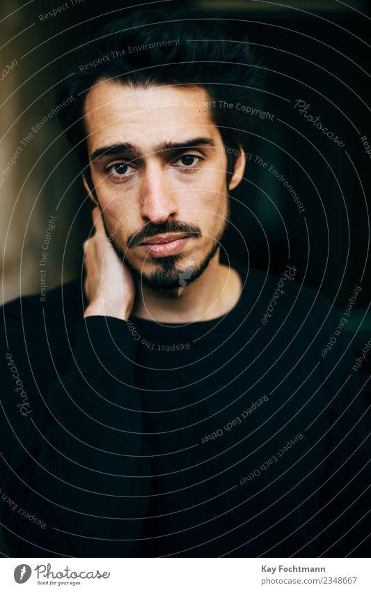 Trauriger schwarzhaariger Mann Mensch Jugendliche Junger Mann Einsamkeit 18-30 Jahre Erwachsene Leben Traurigkeit Gefühle Häusliches Leben Wohnung Angst