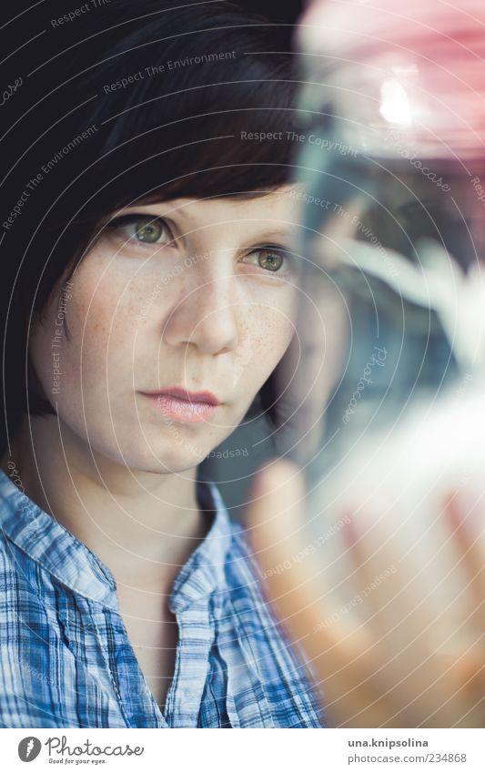 experiment Mensch Frau Jugendliche blau weiß Gesicht Erwachsene feminin Glas lernen 18-30 Jahre Junge Frau Bildung beobachten festhalten Konzentration
