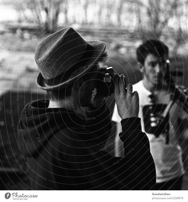 Gemeinsam. Mensch Mann Natur Jugendliche Erwachsene Umwelt Freundschaft Stimmung maskulin authentisch festhalten Junger Mann Hut machen Fotograf Fotografieren