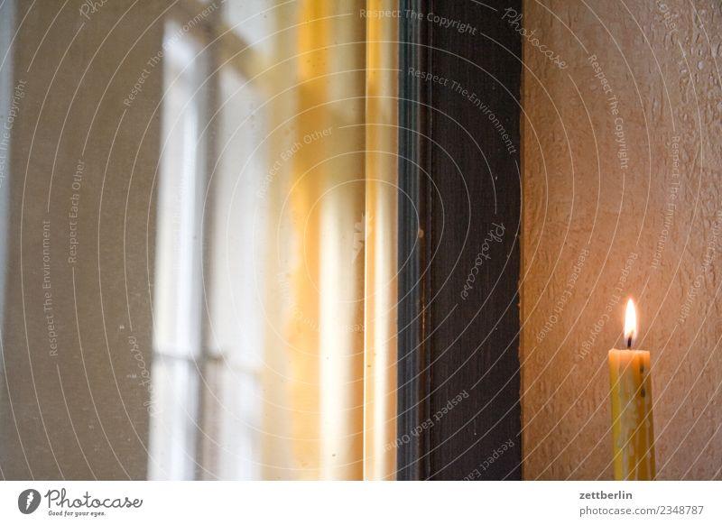 Kerze stearinkerze Kerzenschein Flamme Kerzenflamme brennen Feuer hell Fenster Gardine Romantik Weihnachten & Advent Raum Innenarchitektur Wohnung