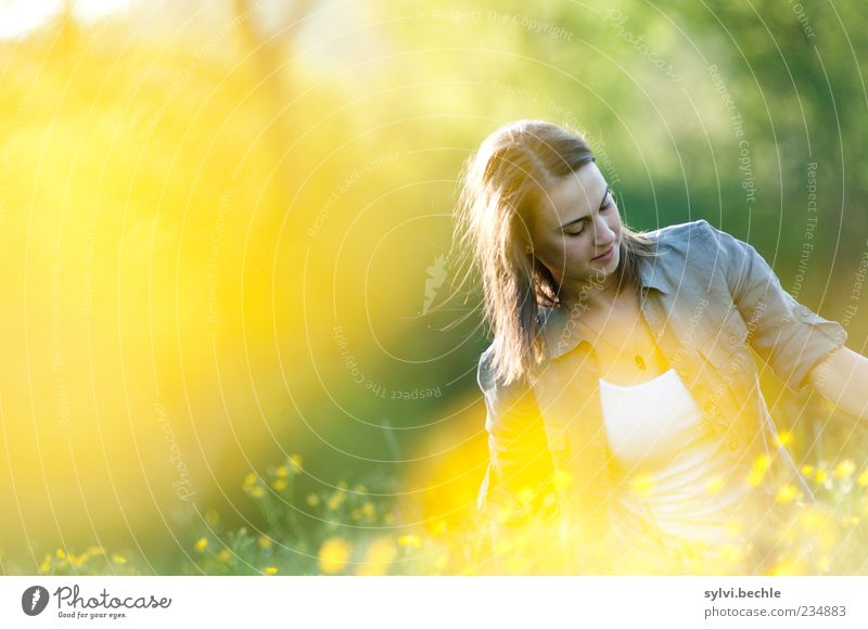 yellow paradise Mensch Natur Jugendliche schön Pflanze Sommer Blume gelb Erholung Umwelt Leben Wiese feminin Frühling Haare & Frisuren Blüte