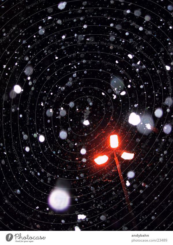 schneegestöber Flocke Schneefall Nacht Straßenbeleuchtung dunkel kalt Winter ruhig rieseln