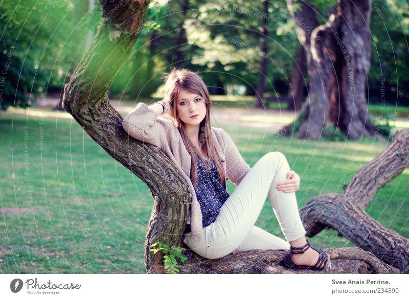 ast. Lifestyle elegant Stil feminin Junge Frau Jugendliche 1 Mensch 18-30 Jahre Erwachsene Schönes Wetter Baum Ast Park Accessoire Schuhe Haare & Frisuren blond