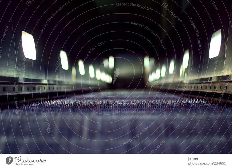 Rolltreppe blau grün kalt Bewegung grau Lampe hoch Treppe Metallwaren Bahnhof Schatten Froschperspektive