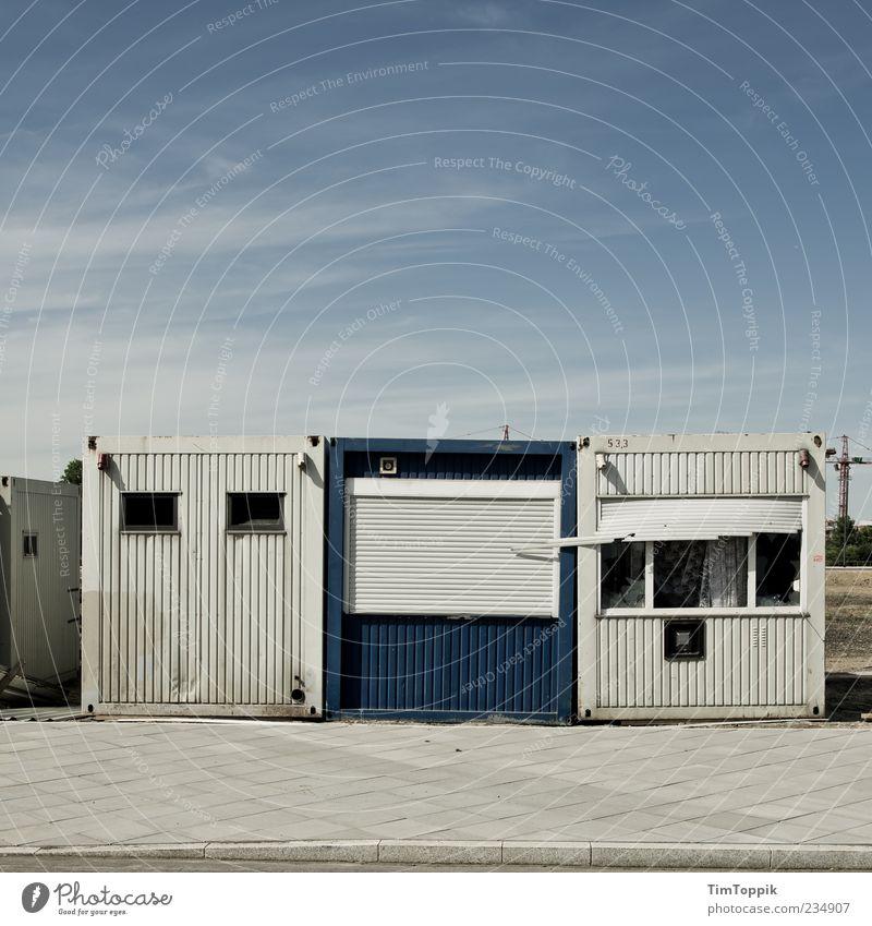 Die Drei von der Baustelle alt blau weiß Haus leer trist Bürgersteig Quadrat schäbig Container Unbewohnt Unterkunft Wege & Pfade Wohncontainer