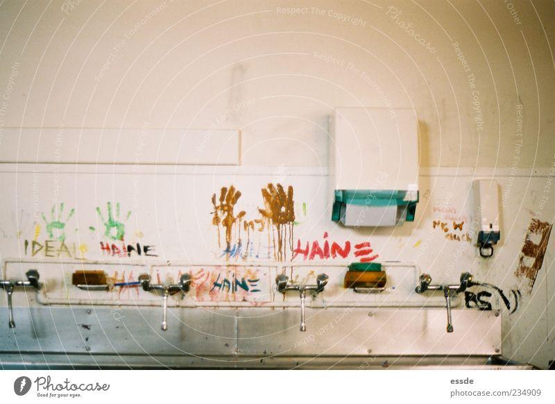 haine Hand Wand Farbstoff Mauer Metall dreckig außergewöhnlich einzigartig Wasserhahn Waschbecken rebellisch Schmiererei protestieren Abdruck Waschhaus