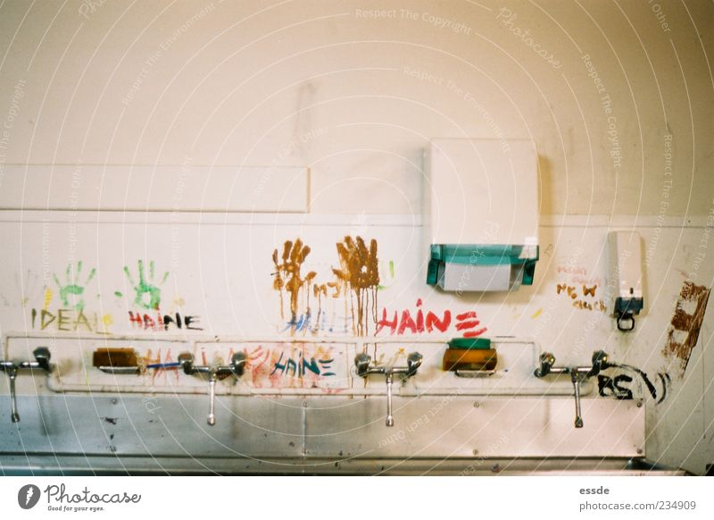 haine Hand Wand Farbstoff Mauer Metall dreckig außergewöhnlich einzigartig Wasserhahn Waschbecken rebellisch Schmiererei protestieren Abdruck Waschhaus rebellieren