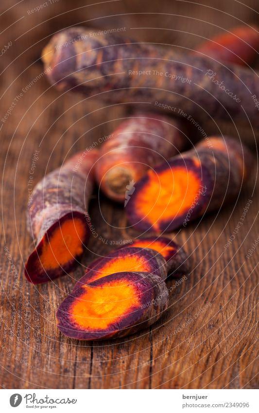 Karotte Lebensmittel Gemüse Bioprodukte Vegetarische Ernährung Diät Billig gut Ehrlichkeit authentisch Möhre roh rustikal Holz hintergrund orange violett