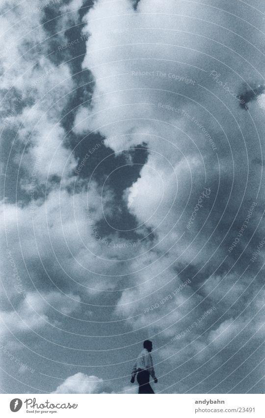 sky is the limit? Mann Himmel Wolken Ferne laufen