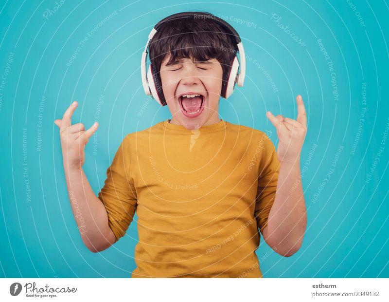 Junge mit Kopfhörer, der einen Rock Seufzer zeigt. Lifestyle Freude Mensch maskulin Kindheit 1 3-8 Jahre Party Musik Musik hören Konzert Sänger genießen Lächeln