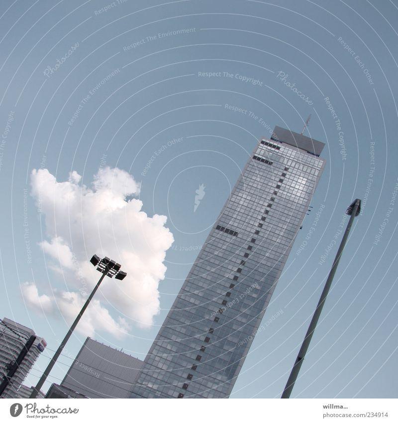 wolke am spieß Himmel Wolken Berlin Stadt Haus Hochhaus Bauwerk Gebäude Architektur Fassade Beton Glas modern blau grau Straßenbeleuchtung graphisch