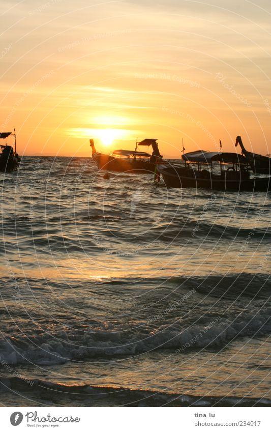 sunrise on koh phi phi II Himmel Natur Wasser ruhig Strand Küste Wasserfahrzeug Wellen Beginn Kraft Urelemente Bucht Asien Thailand Neuanfang Buddhismus