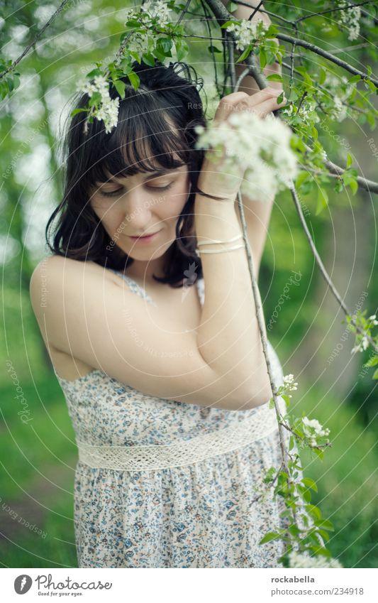 ganz wirklich frühling. Mensch Jugendliche grün schön Gesicht Erwachsene feminin Frühling Glück Blüte träumen Zufriedenheit elegant ästhetisch Fröhlichkeit Bekleidung
