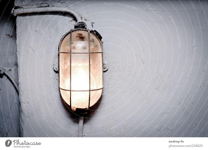 Kellerlampe weiß dunkel kalt Wand grau Mauer Lampe Angst Glas Beton Elektrizität leuchten Kabel Stahlkabel gruselig feucht