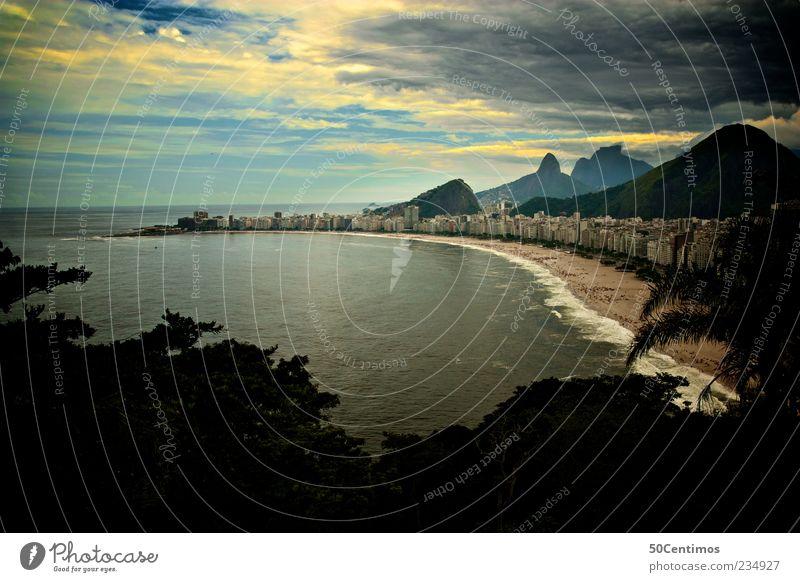 Copacabana in Rio de Janeiro Himmel blau Wasser Stadt Pflanze Meer Strand Wolken schwarz gelb Umwelt Landschaft Berge u. Gebirge Freiheit Sand Traurigkeit