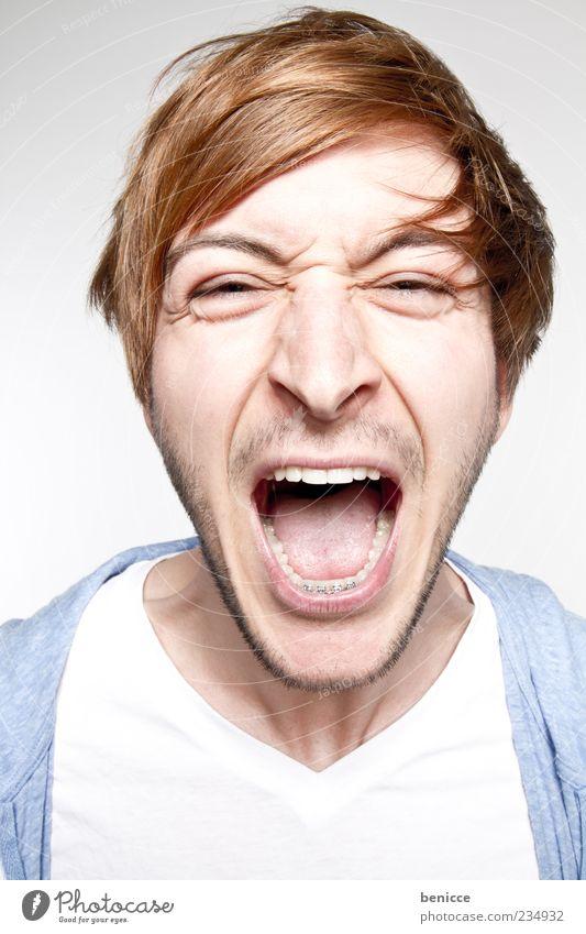 laut Mann Mensch Jugendliche Porträt schreien Zähne Wut Aggression Nahaufnahme Studioaufnahme weiß blau Blick in die Kamera Hintergrund neutral Ärger blond