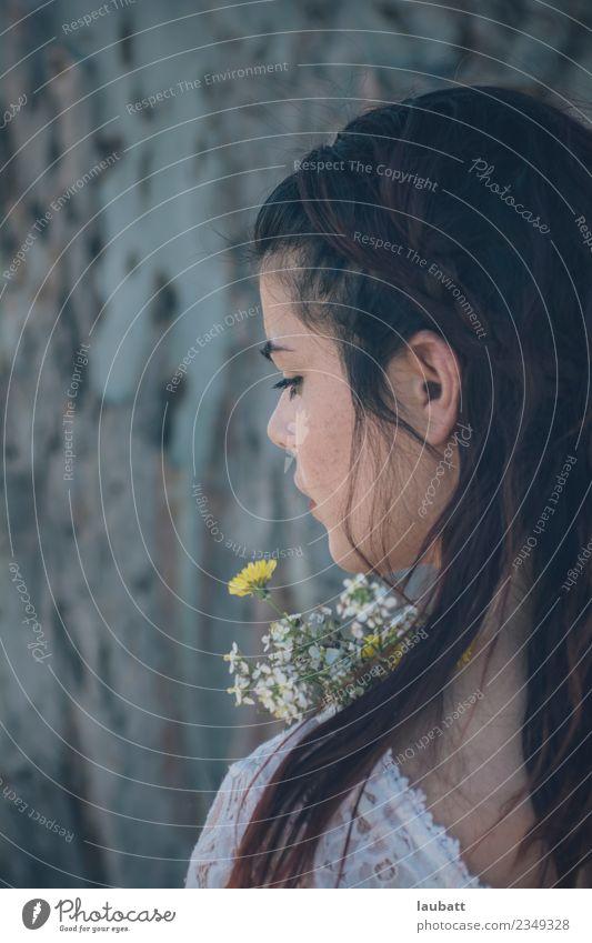 Jugendliche Junge Frau schön Blume Lifestyle Gefühle Romantik Begierde