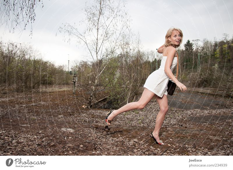 eskapismus 02 Lifestyle elegant schön Freiheit Junge Frau Jugendliche Erwachsene Leben 1 Mensch Natur Mode Kleid blond fangen laufen Coolness trendy einzigartig