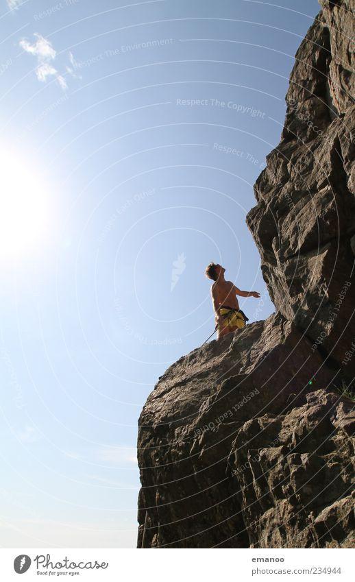 hoch da. Mensch Himmel Natur Jugendliche Ferien & Urlaub & Reisen Sonne Sommer Freude Erwachsene Leben Sport Berge u. Gebirge Felsen Freizeit & Hobby hoch wandern