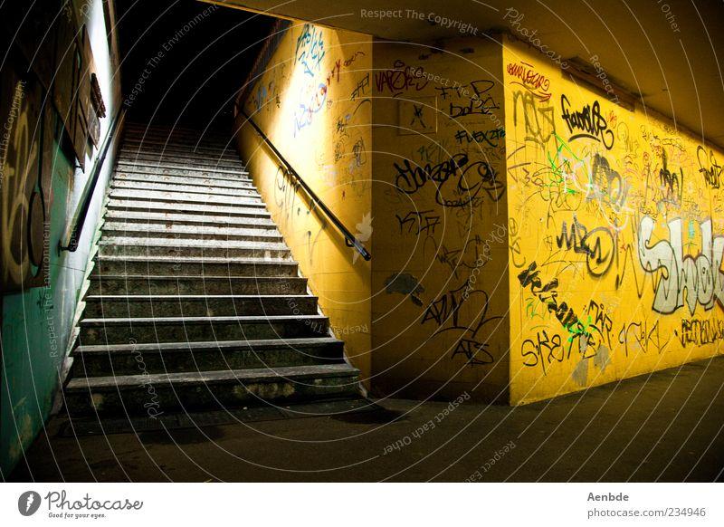 potentieller Tatort alt Einsamkeit gelb kalt Graffiti Beleuchtung Angst dreckig Treppe authentisch trist Geländer gruselig Schmiererei Unterführung Straßenkunst