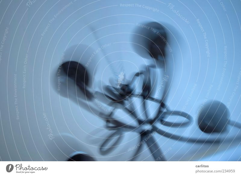 Durchgedreht Dekoration & Verzierung Bewegung drehen hängen bedrohlich dunkel blau grau Angst geheimnisvoll Vergänglichkeit Zeit Kette Leuchter Kronleuchter