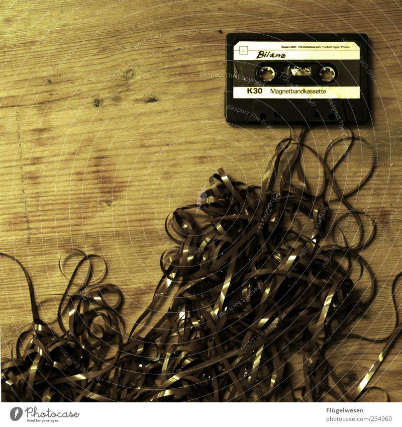 Unterm Strich Stil Musik Design Schriftzeichen kaputt Lifestyle durcheinander Tonband Musikkassette Genauigkeit Maserung Strukturen & Formen Technik & Technologie Bandsalat