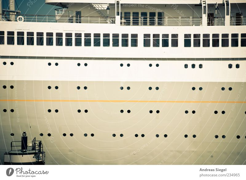 Alle Mann von Deck Fenster Metall Wasserfahrzeug Ordnung groß Verkehr Schifffahrt Verkehrsmittel Kreuzfahrt gigantisch Schiffsdeck Öffnung Reling